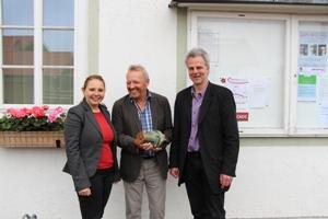 Elisabeth Kohlhauf und Andreas Scharli vom EKO mit Alfred Krömer (Mitte), Energiebeauftragter von Benediktbeuern beim Auftakt zur Fragebogenaktion