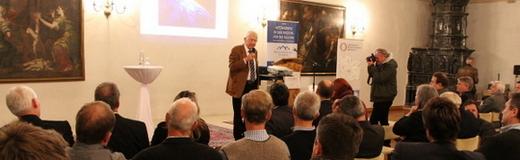 Dr. Franz Alt erklärt auf der 5. Klausurtagung