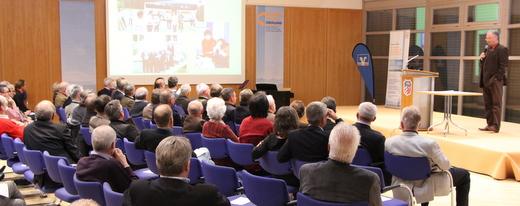 Arno Zengerle, Bürgermeister des Energiedorfs Wildpoldsried erklärt, wie seine Kommune bereits heute mehr als 100% der verbrauchten Energie aus Erneuerbaren Energien erzeugt.