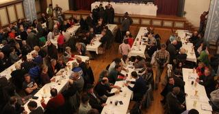500 Interessierte sind am 30.01.2014 in der Heimatbühne in Kochel versammelt und waren gespannt auf die Aussagen der Experten auf dem Podium