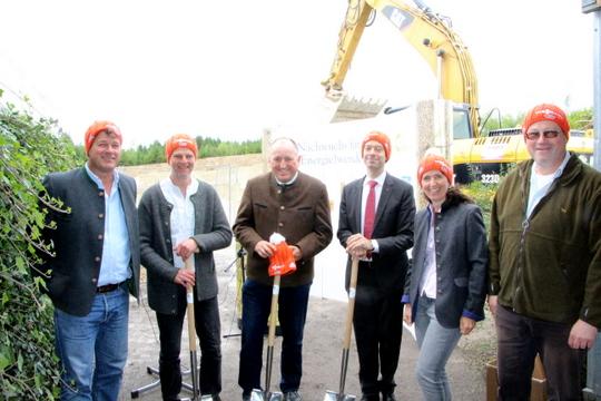 v.l.: Fred Fuchs , Andreas Scharli (Kompetenzzentrum Energie der Energiewende Oberland), Bürgermeister Dieckmann (Gemeinde Reichersbeuern), Dr. Tino Weber (Schmack Biogas GmbH), Angelika Fuchs, Thomas Dudek (Planer der Anlage)