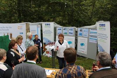SEAPAlps Projektkoordinatorin Ellen Esser begrüßt Bürgermeister Müller und die Stadträte zum Waldfest-Event.