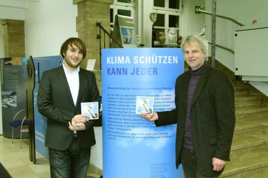 Stefan Mensch, Energiebeauftragter der Stadt Geretsried und Andreas Scharli vom EWO-Kompetenzzentrum Energie freuen sich als Initiatoren, diese Infoausstellung den Geretsrieder Bürger(inne)n und Schulen anbieten zu können.