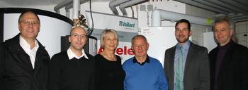 Brennstoffzelle sorgt für lachende Gesichter: . v.l. Karl-Heinz Grehl (stellvertretender Landrat Weilheim-Schongau), Tobias Hibler (Fa. Abele), Monika und Walter Obermeier, Mario Stanojevic (Firma Vaillant), Andreas Scharli (EKO)