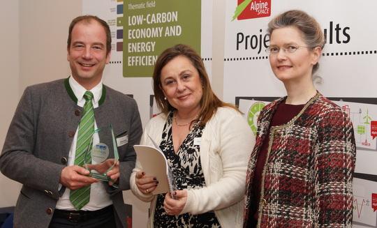 v.l. Bürgermeister Michael Müller (Stadt Geretsried),  Chrysoula Argyriou (Europäische Kommission, DG Energy), Ministerialdirigentin Dr. Monika Kratzer (Bayerisches Staatsministerium für Umwelt und Verbraucherschutz)