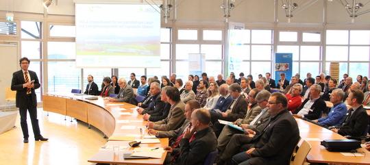 Lothar Gröschel begrüßt als Moderator die Teilnehmer der Auftaktveranstaltung im Landratsamt Bad Tölz-Wolfratshausen. Insgesamt sind circa 90 Gäste der Einladung gefolgt.