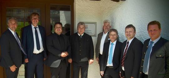 v.l.: K. Thurnhuber (Gem. Warngau), Landrat W. Rzehak (Landkreis MB), Ulrich Hach (Bayer. Wirtschaftsministerium), H. Schönauer (Gem. Irschenberg), J. Kellner (EWO), J. Bernöcker (Raiffeisenbanken), J. Rode (Sparkasse), M. Pemler (Landratsamt MB)