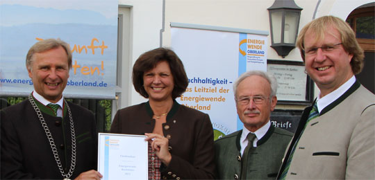 Energiewende-Kommune 2014: Gemeinde Fischbachau | Bild: v.l.: Bürgermeister Josef Lechner, Staatsministerin Ilse Aigner, Stiftungsratsvorsitzender Gerald Ohlbaum, Landrat Wolfgang Rzehak (LK Miesbach)