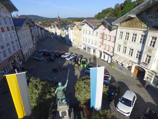 Zwischenstopp der E-Fahrzeuge in der Marktstraße in Bad Tölz; Foto: EWO