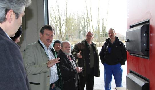 Bürgermeister Hallmannsecker bei der Vorstellung der Leitwarte des Heizwerks in Valley