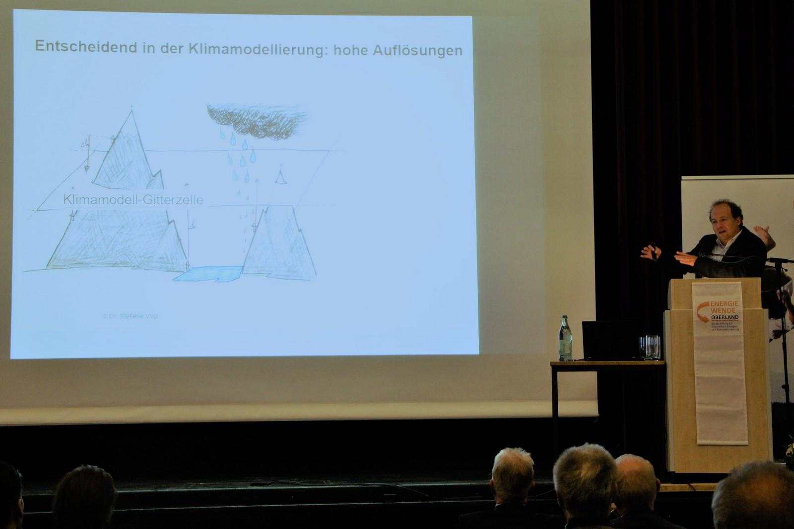 Prof. Dr. Harald Kunstmann weist in seinem Vortrag auf die Auswirkungen des Klimawandels im Oberland hin