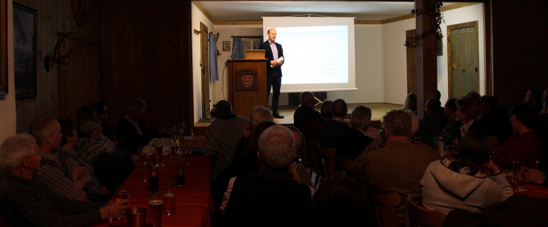 Alexander Sommer (Projektentwickler) präsentiert die Projektidee in Schöffau