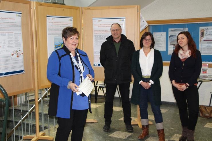 Eröffnung der Ausstellung am Landratsamt in Weilheim mit Landrätin Andrea Jochner-Weiß, Vize-Landrat Karl-Heinz Grehl, Dr. Anne von Streit (Projektleitung INOLA) und Judith Dangel (Regionalmanagerin LRA WM)