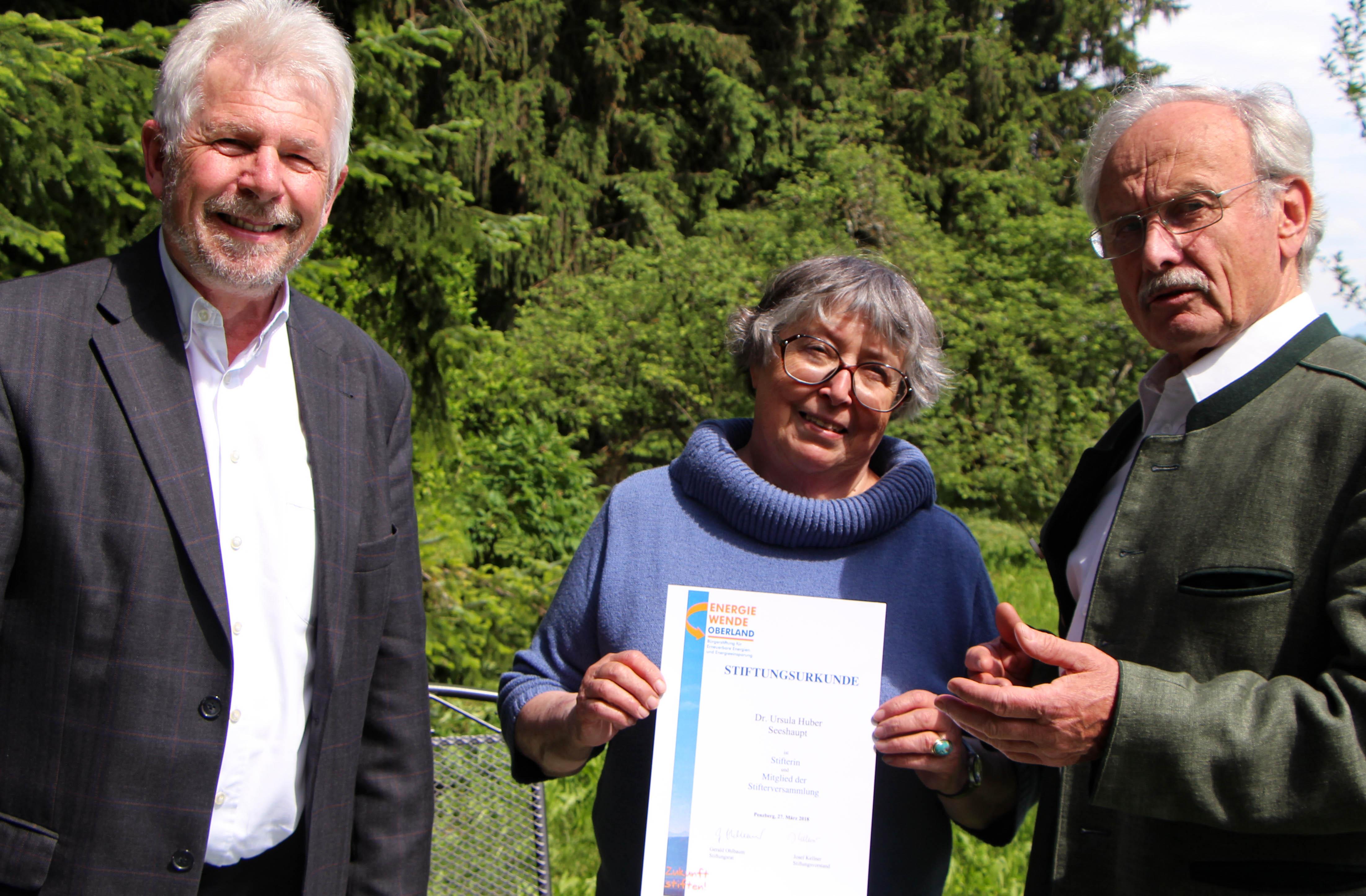 Josef Kellner (Vorstandsvorsitzender) und Gerald Ohlbaum (Vorsitzender Stiftungsrat) überreichen Frau Dr. Ursula Huber die Urkunde als 250ste Stifterin von Energiewende Oberland