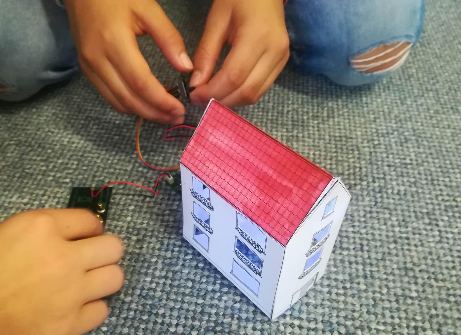 Kinder der Klasse 4a beleuchten ein eigenes kleines Dorf mit Solarpanelen