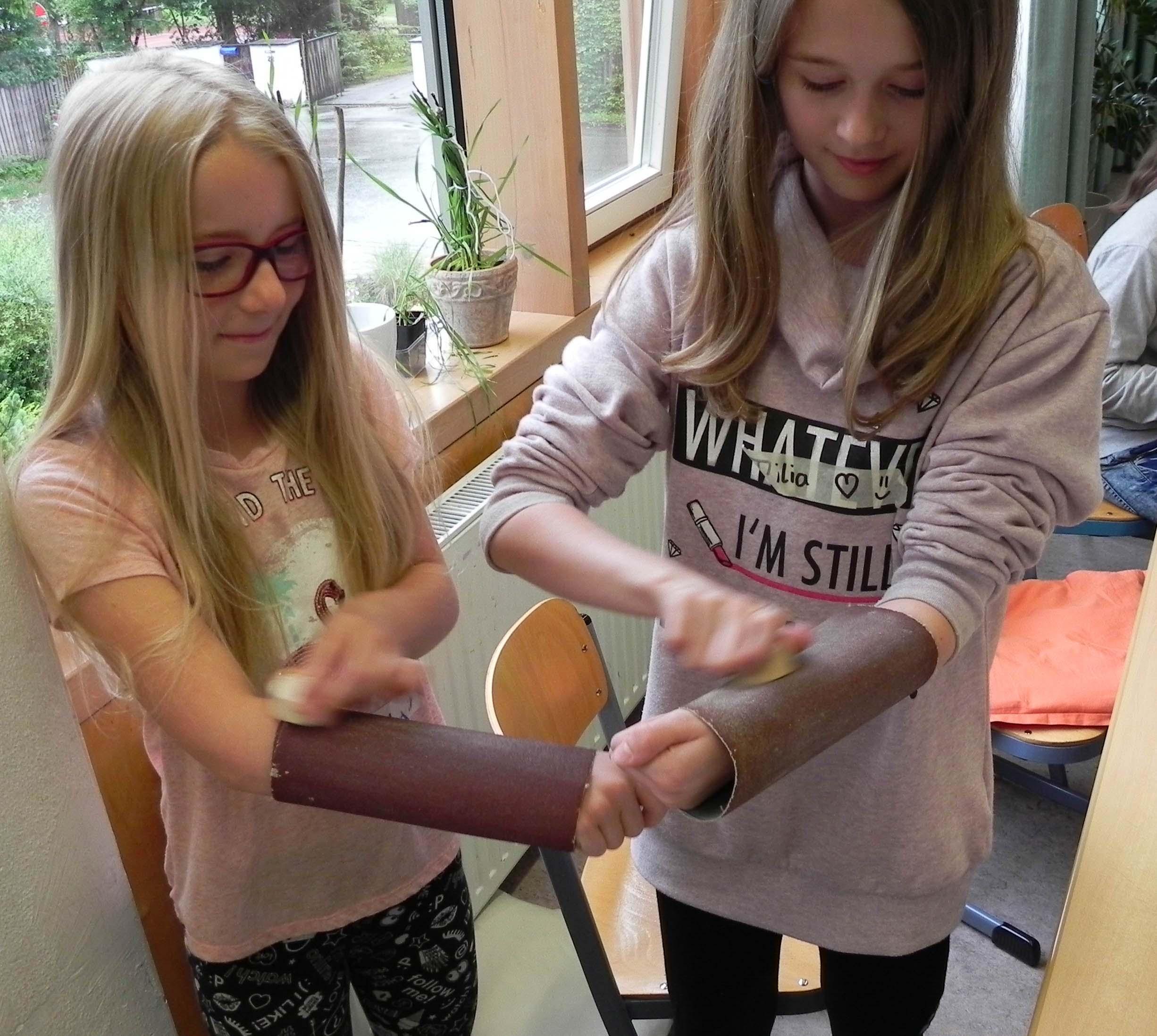 Schülerinnen bauen Energiebäume