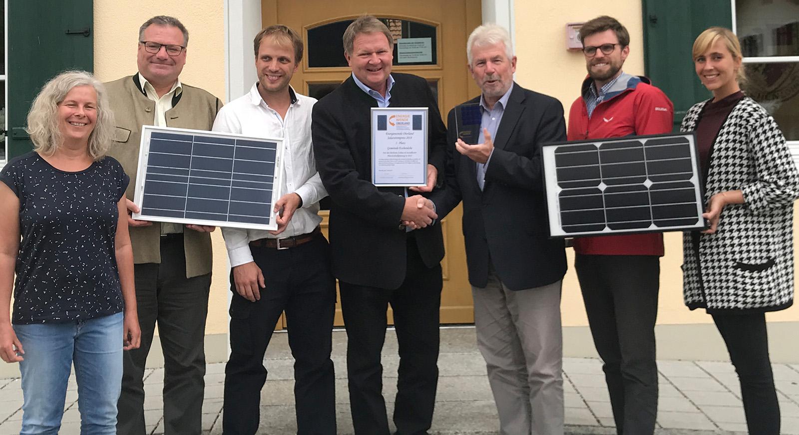Preisverleihung in Eschenlohe: EWO-Vorstandsvorsitzender Josef Kellner beglückwünscht Bürgermeister Anton Kölbl zum ersten Platz beim Solarstrompreis 2018