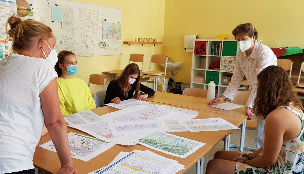 Beim Workshop am St. Ursula Gymnasium Lenggries: Schülerinnen erarbeiten ihre Forschungsfragen zum Wetter im Oberland.